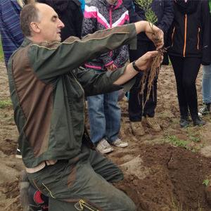 Tim Garlipp mit Spargelpflanze
