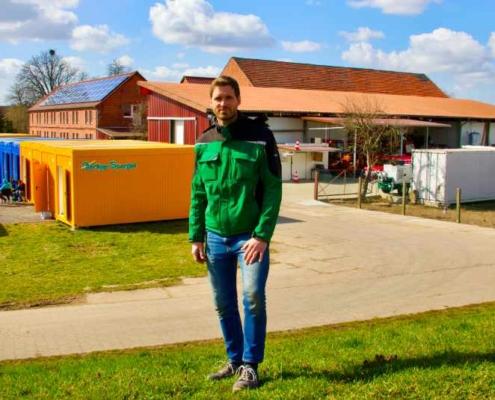 Arne Garlipp, Geschäftsführer von Garlipp-Spargel, steht vor den neu errichteten Wohn-Containern, die für die extra aufwendigen Prozesse im Coronajahr 2021 eingerichtet wurden