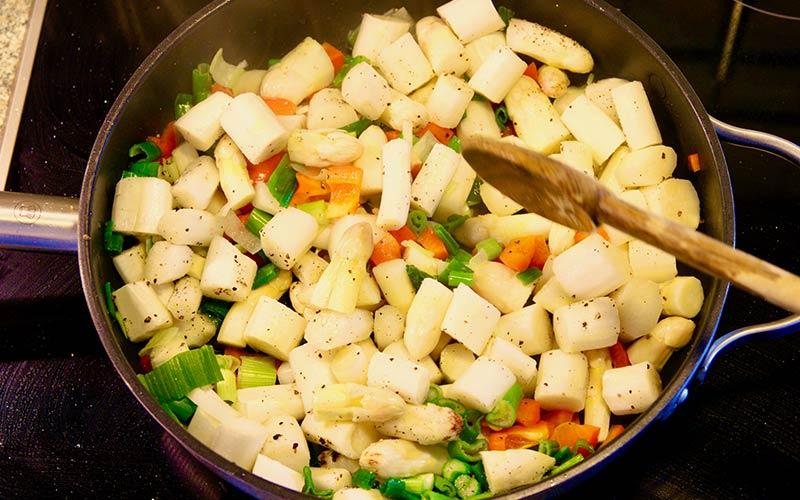 Zubereitung Spargelpfanne mit Ei und Käse, Gemüse verrühren