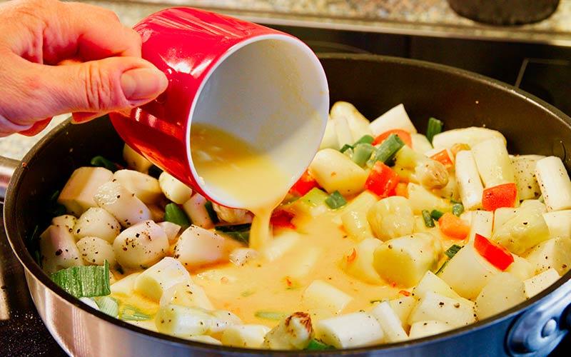 Zubereitung Spargelpfanne mit Ei und Käse, gerührte Eier hinzugeben
