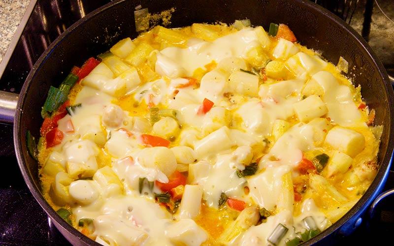 Zubereitung Spargelpfanne mit Ei und Käse, Käse draufgeben