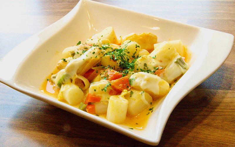 Zubereitung Spargelpfanne mit Ei und Käse, mit Petersilie anrichten und servieren