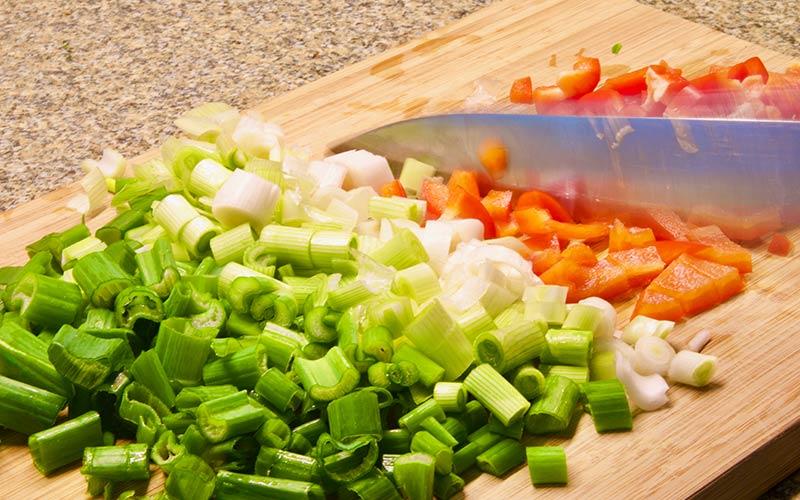 Zubereitung Spargelpfanne mit Ei und Käse, Gemüse schneiden