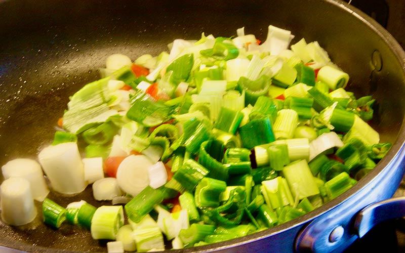 Zubereitung Spargelpfanne mit Ei und Käse, Laucht und Paprika anbraten