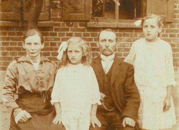 August und Anna Dorothea, ein tüchtiges Landwirts-Ehepaar und Urgroßeltern von Tim, bauten damals nach einem Brand den Hof wieder neu auf.