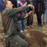 Tim Garlipp zeigt Spargelpflanze